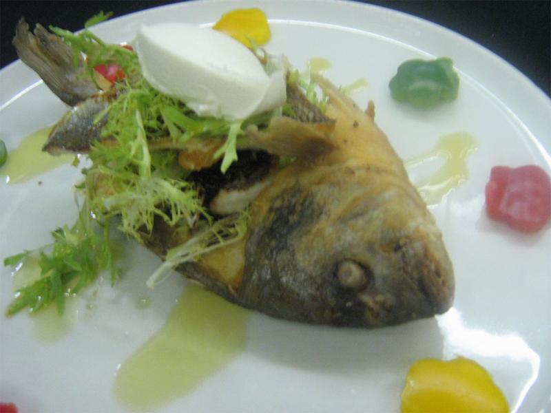 Дорада с соево-чесночном соусом,салатом фризе и маскарпоне