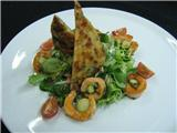 Салат с лососем и чипсом из пармезана