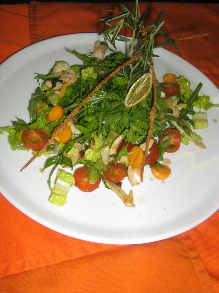 Салат с сибасом и физалисом