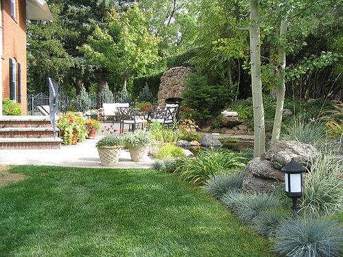 Оформление участка сада возле дома в
